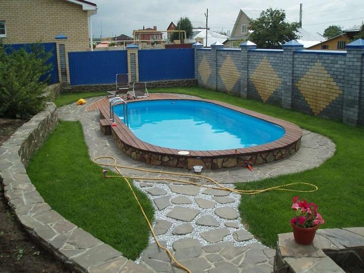 Традиционный бассейн с бетонной чашей для дачи своими руками
