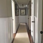 Коридорчик в американском доме с небольшой ковровой дорожкой
