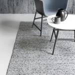 Необычный коврик в минималистичном интерьере