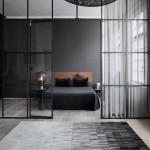Фото 370: Строгий темный интерьер спальни, в который вписан ковер с градиентом