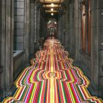 Сюрреалистичный длинный готичный коридор с безумно ярким ковром
