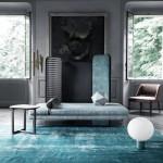 Неонардинарно оформленная комната с ковром цвета яиц дрозда