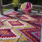 Стильная веранда с уютным незатейливым ковром
