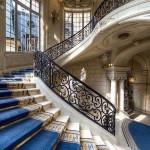 Божественная лестница с ярко-синим ковровым покрытием