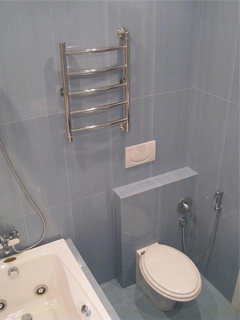 Обычные ванна, душ, полотенцесушитель, унитаз, гигиенический душ