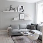 Угловой диван, необычное кресло-качалка и простенький ковер
