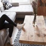 Фото 5: Кроссовки, деревянный стол и несложный ковер