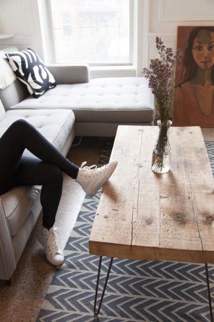 Кроссовки, деревянный стол и несложный ковер