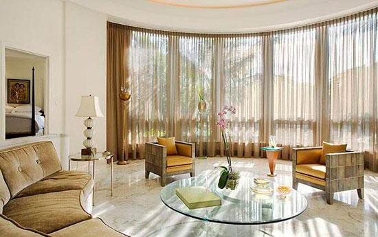 Прозрачные занавески для светлой гостиной