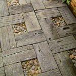 Фото 31: Дорожка из деревянной плитки и гальки