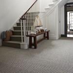 Американский интерьер: белый цвет, лестница ковролин в линеечку
