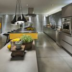 Фото 64: Серая кухня в стиле хай-тек с яркими акцентами