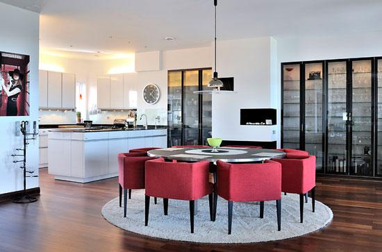 Стол округлой формы в квадратной кухне