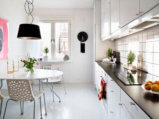 Круглый стол в прямоугольной кухне