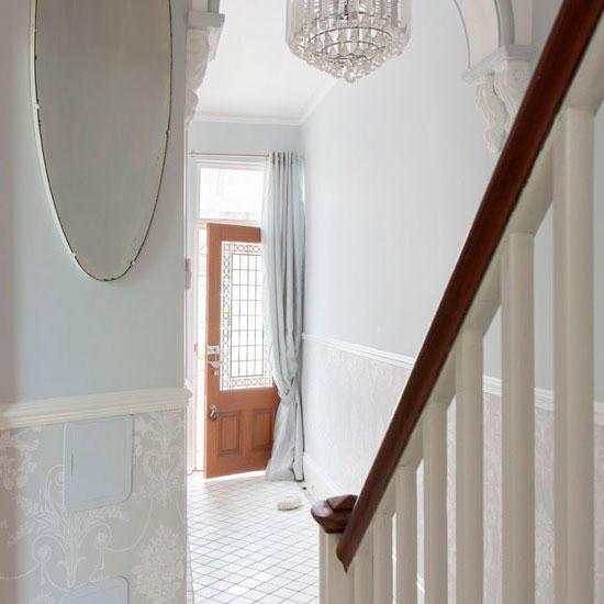 Плитка — подходящий вариант для отделки пола в прихожей в деревенском стиле