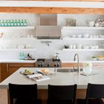 Фото 67: Открытые полки на кухне
