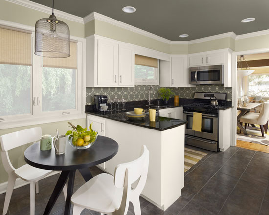 Выделите для круглого стола отдельную зону на кухне