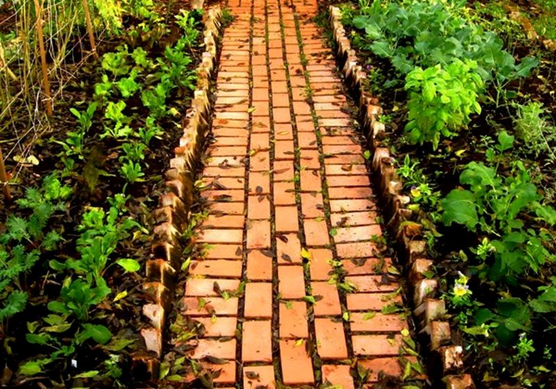 Садовая дорожка из кирпича