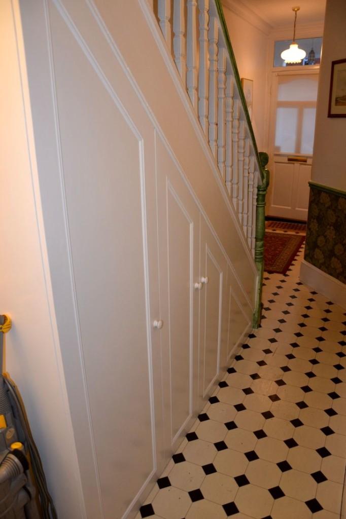 Белый встроенный шкаф в лестницу