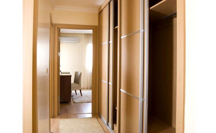 Дизайн встроенного шкафа в прихожей 178