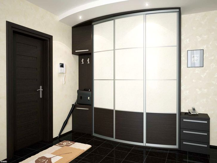 Встроенный шкаф с черно-белыми дверями