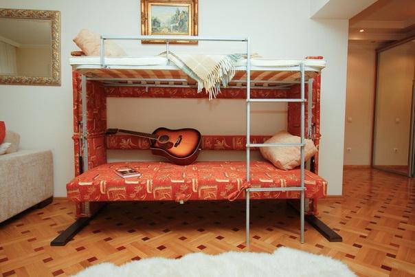 Двухярусный диван оранжевого цвета