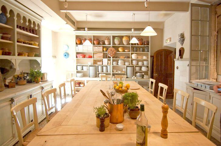 Кухня в стиле прованс с большим столом