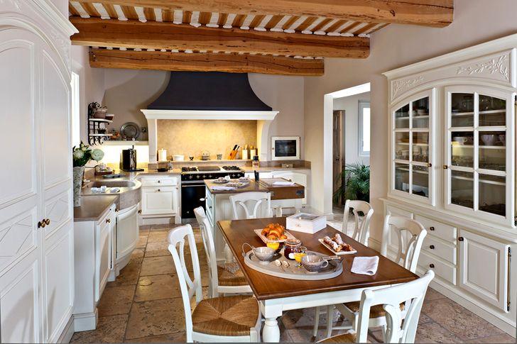 Кухня в стиле прованс с деревянным столом