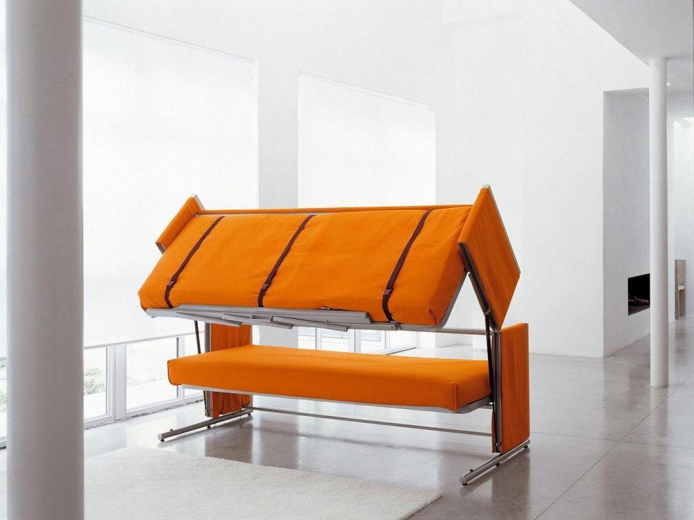 Оранжевый диван в момент раскладывания