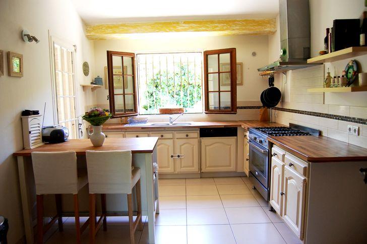 Открытое окно на кухне в стиле прованс