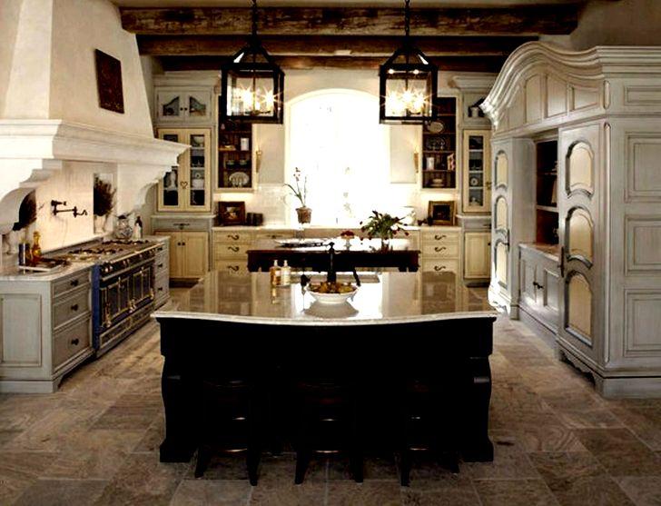 Светлая столешница на кухне