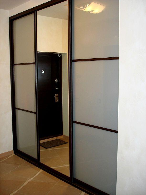 Сдвижные двери встроенного шкафа в прихожей