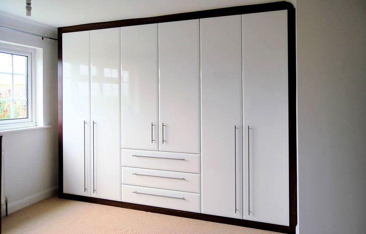 Шкаф с белыми глянцевыми дверями