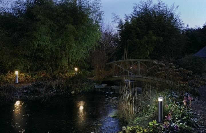 Подсветка садового мостика