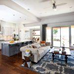 Фото 31: Зонирование кухни и гостиной с помощью барной стойки