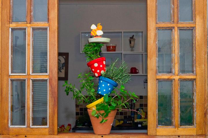 Необычная идея для цветочных горшков