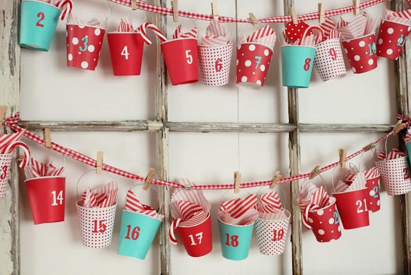 Можно использовать стаканчики в качестве рождественского евент-календаря, оформив его цифрами и положивнебольшие подарки внутрь