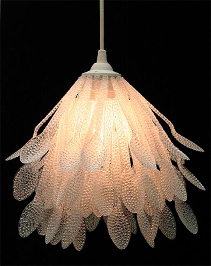 Лампа из одноразовых столовых приборов