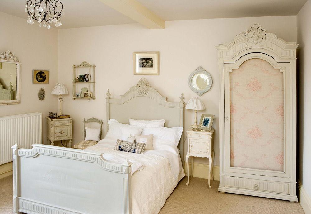 Спальня в стиле винтаж с металлической белой ажурной полочкой