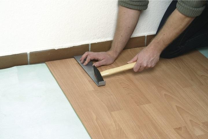 Монтаж последнего ряда ламината своими руками производится с помощью специального инструмента