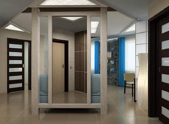 Отражение входной двери в зеркале