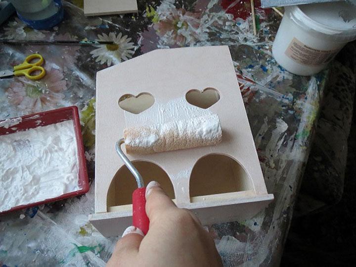 Тщательно покройте деревянную основу акриловой краской