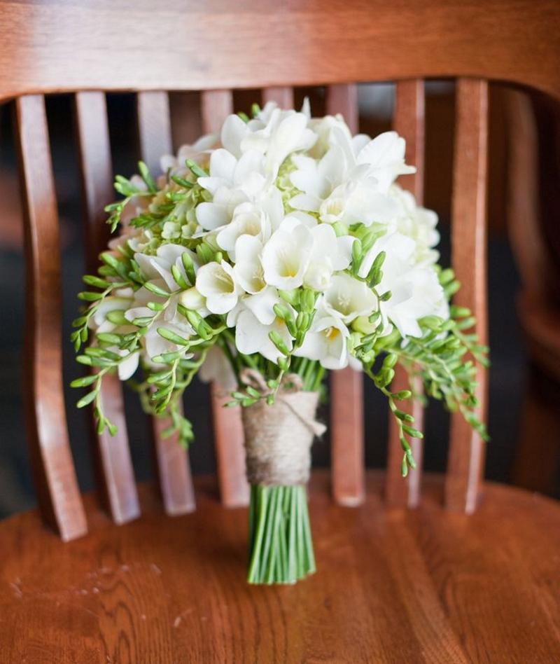 Свадебный букет с белыми фрезиями