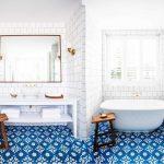 Фото 45: Сочетание плитки с рисунком и белой плитки в ванной комнате