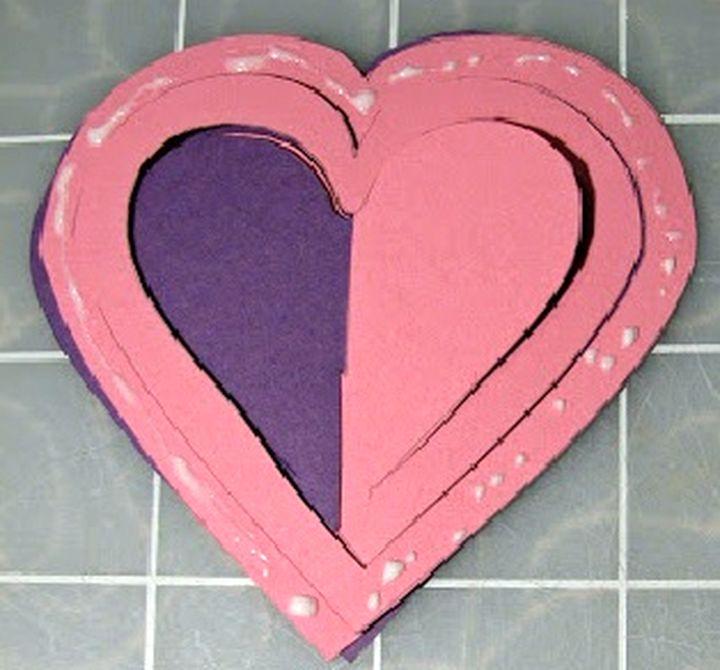 Приклеивание сердец к основанию открытки