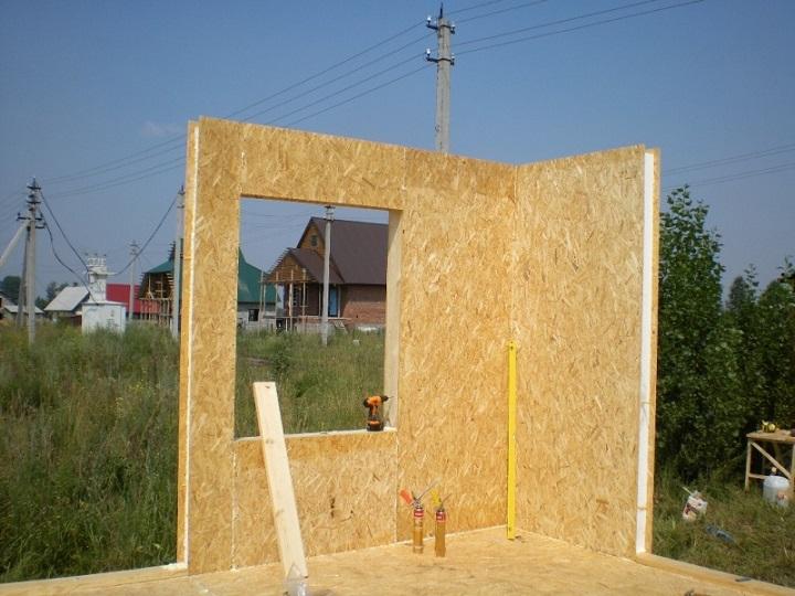 Установка первого угла дома из СИП панелей
