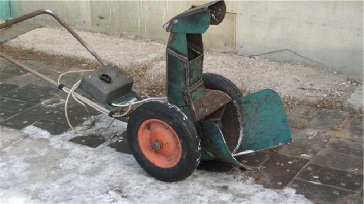 Органы управления самодельного электрического снегоуборщика вынесены между рулем либо на стойку