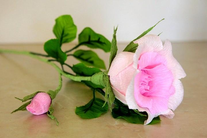 Роза с бутоном из гофрированной бумаги.
