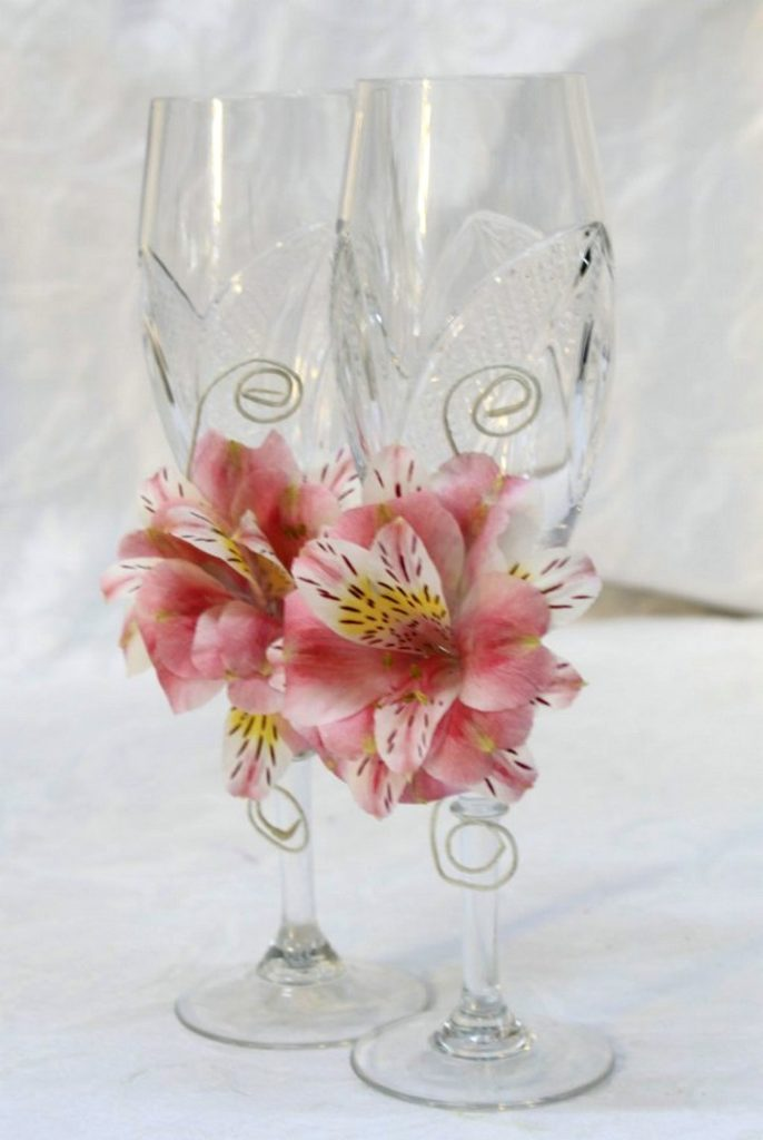 украшение бокалов искусственными цветами