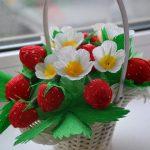 Фото 78: Букет из конфет и ягод из гофробумаги